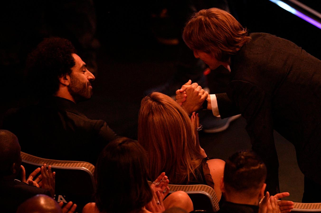 Mohamed Salah feliciteert Luka Modric.