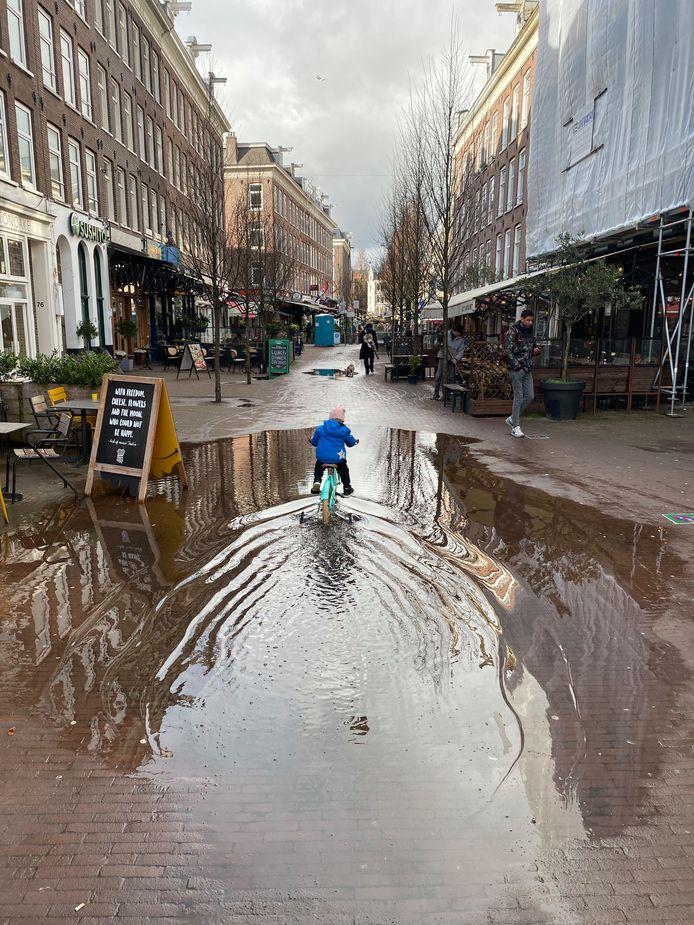 'We komen bij het water. We kunnen er niet onderdoor. We kunnen er niet overheen. We kunnen er niet omheen. We moeten er doorheen.' Bij Eerste Van der Helststraat.