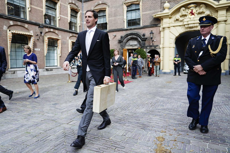 Minister Wopke Hoekstra van Financiën is op Prinsjesdag onderweg naar de Tweede Kamer voor de presentatie van de Miljoenennota.