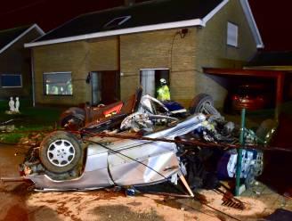 Twee jongemannen zwaargewond na klap tegen paal: auto breekt in twee