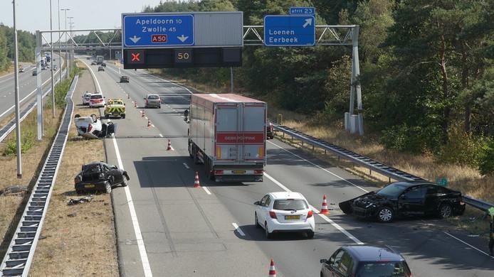 De ravage op de snelweg na de aanrijding.