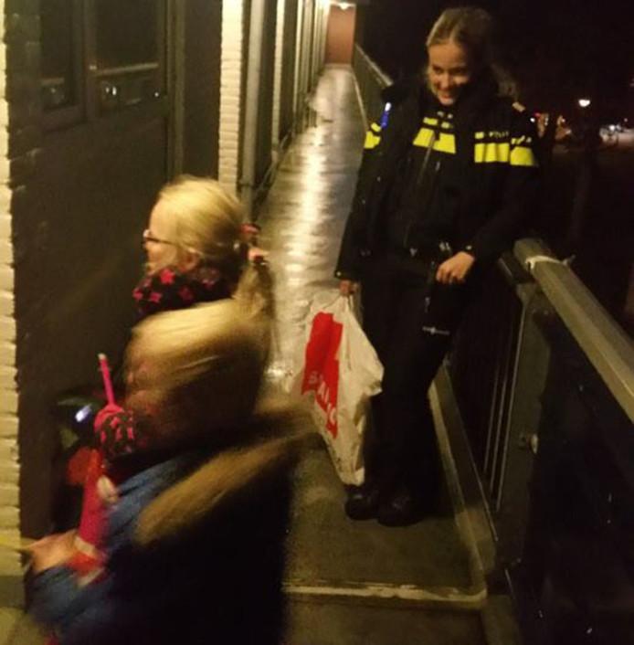 Agenten lopen met kinderen sint maarten nadat opa for Deuren stadskanaal