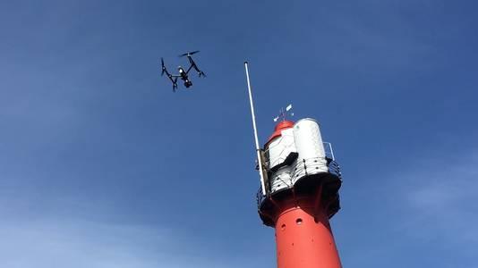 Met drones wordt de vuurtoren geïnspecteerd.