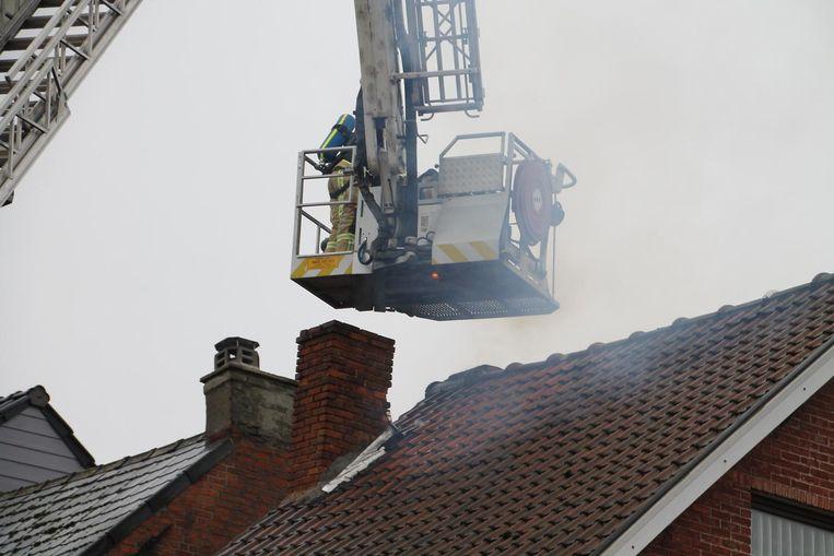 De brandweer kuiste na de brand de zwaar verstopte schoorsteen uit