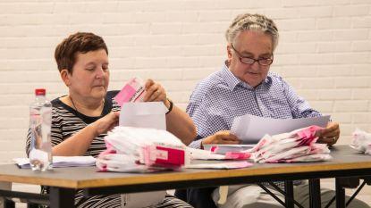 Vrijwilligers maken pakketjes met Wase mondmaskers klaar