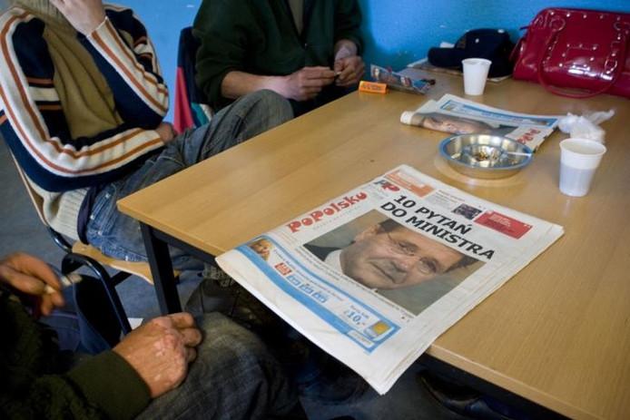 Een Pool in de daklozenopvang van het Leger des Heils leest PoPolsku, een gratis weekkrant voor Polen in Nederland. foto David van Dam/GPD