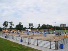 Jongeren kunnen in Zutphen twee maanden eerder beachsporten: 'Dikke, warme sokken aan en het zand op, lekker toch?'