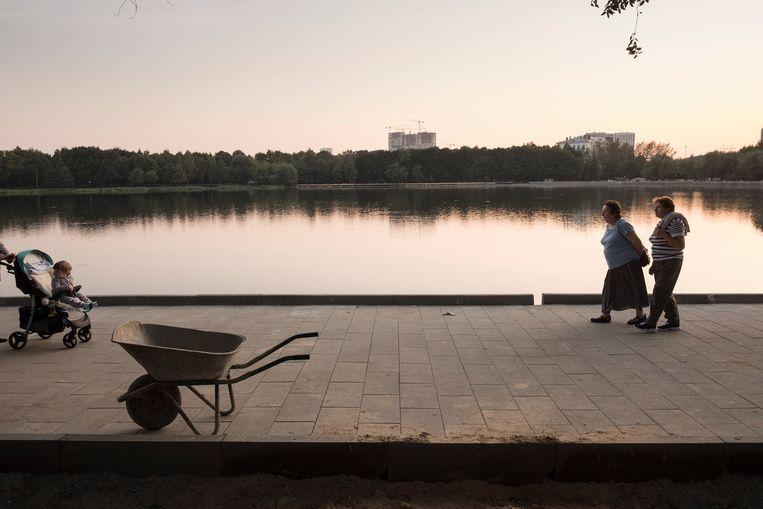 Avond aan de Bolshoy Golovinskiy Prud in het Michalkovo Park.  Beeld Joel van Houdt