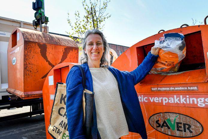 Meta Vrijhoef uit Bergen op Zoom is zowel thuis als op haar werk actief met het scheiden van afval.