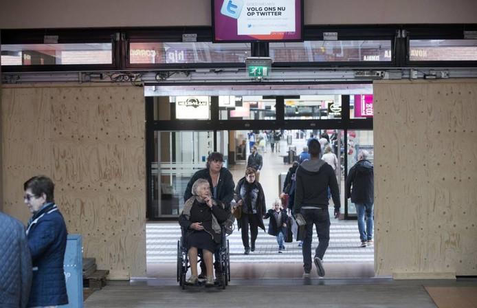 De tijdelijke deuren van winkelpassage Corridor. Foto Herman Stöver