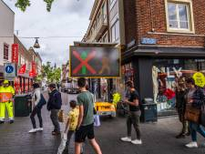 Mondkapjes en verkeerslichten voor winkels: Enschedese binnenstad is bizarre plek geworden