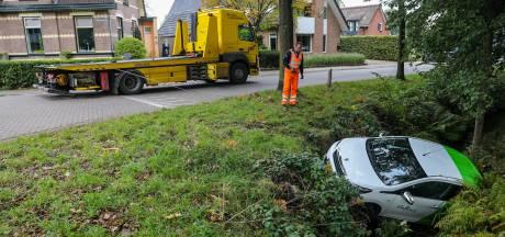 Handrem vergeten; bestuurster in Vaassen vindt auto terug in de sloot