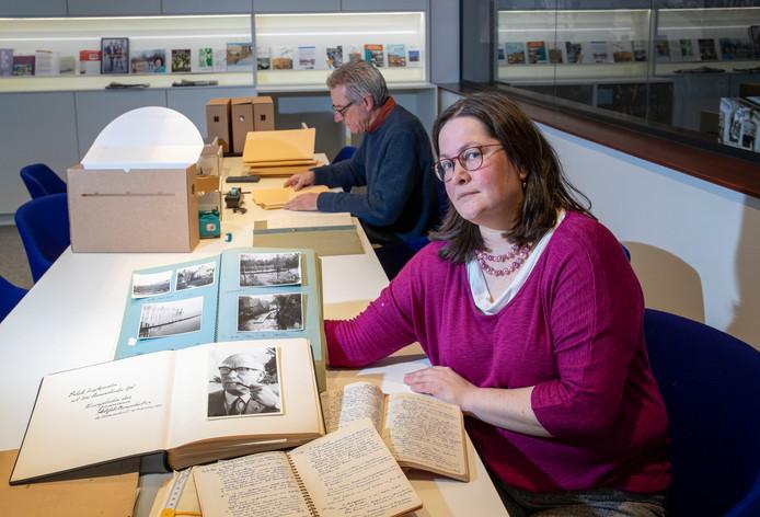 Janneke van den Berg van gemeentearchief met persoonlijk archief van oud-burgemeester Jan Hazenberg dat zijn familie onlangs heeft overgedragen.