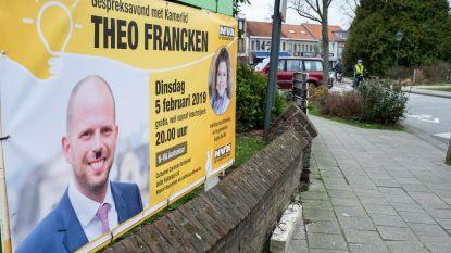 Banner besmeurd: Theo Francken krijgt Hitlersnorretje