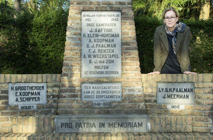 Hanneke Kroon bij de namen van twee Indiëslachtoffers op het Holtense oorlogsmonument.