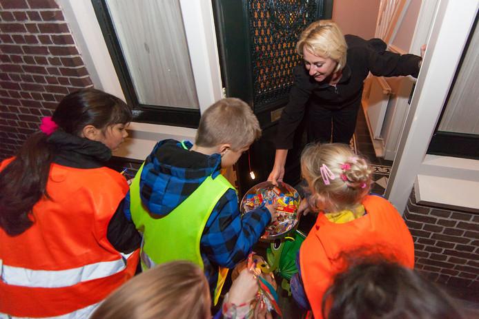 Kinderen in Aarlanderveen bellen bij mensen aan, zingen en vragen om snoep na hun Sint Maarten-optocht.