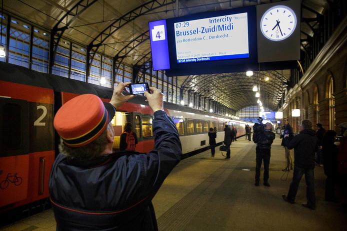 De intercity naar Brussel staat klaar voor vertrek op station Den Haag Hollands Spoor.