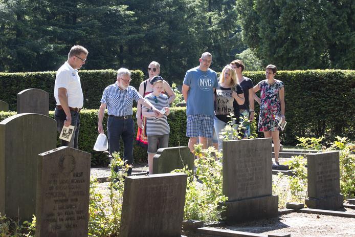 """Een begraafplaats lijkt de ideale plek voor duurzaamheid. ,,Maar dat gaat niet vanzelf"""", zegt beheerder Tonnie Homan (links)."""