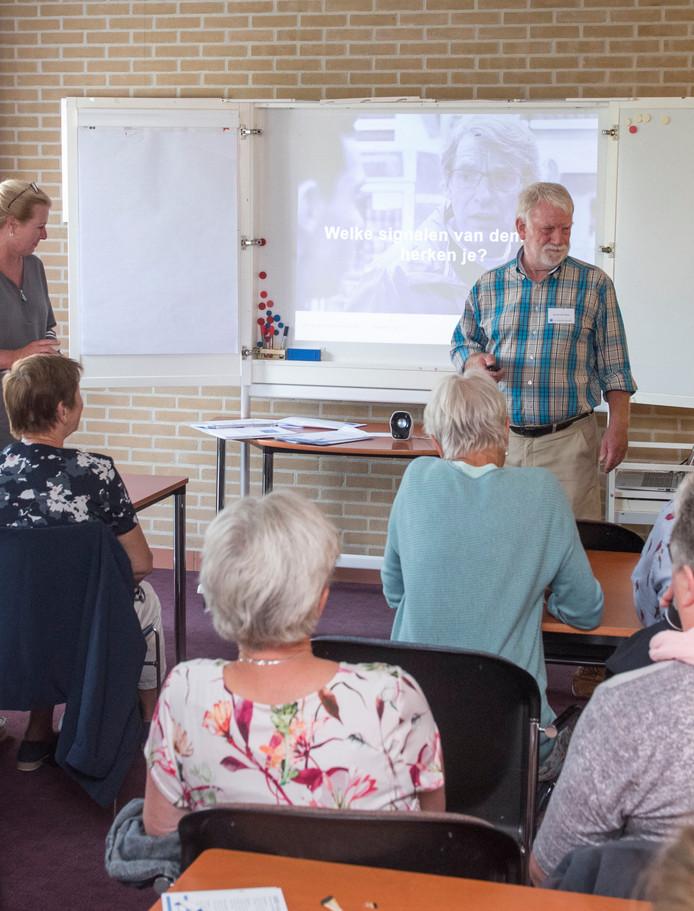Foto ter illustratie: Stichting Samen Dementievriendelijk geeft een training aan de ambtenaren van gemeente Elburg.