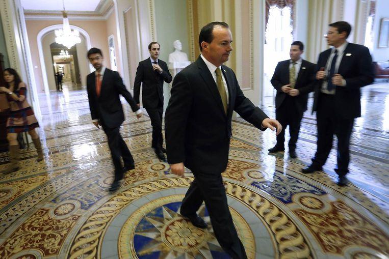 Senator Mike Lee in het Capitool na een lange stemmingssessie over de begroting. Beeld reuters