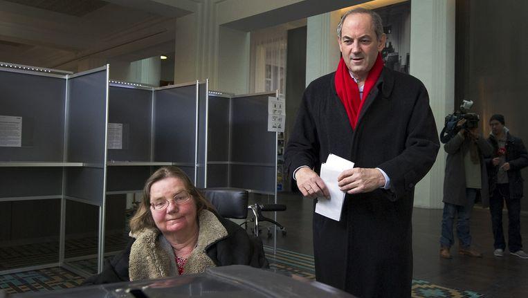 PvdA-leider Job Cohen brengt in 2011 samen met zijn vrouw Lidie zijn stem uit voor de Provinciale Statenverkiezingen in het Stadsarchief in Amsterdam. Beeld anp