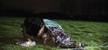 Auto vliegt over de kop en belandt in weiland in Horssen