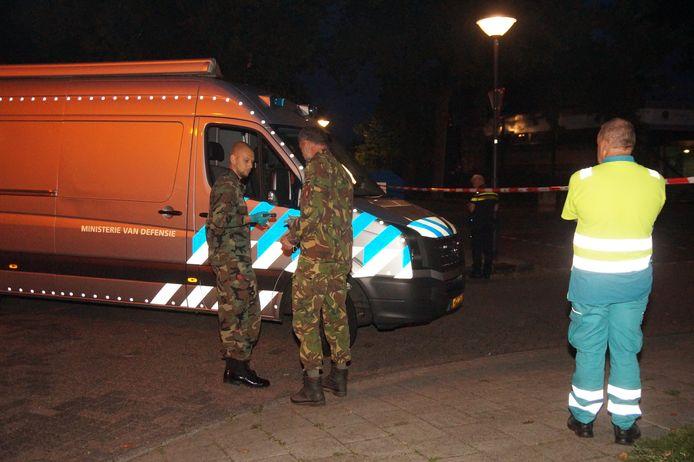 De Explosieven Opruimingsdienst van Defensie is aanwezig om te kijken of er nog meer explosieven zijn.