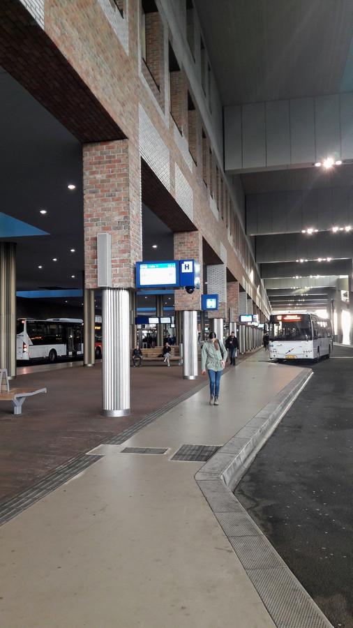 Busstation Breda. Eerst vielen er steenstrips naar beneden aan de centrumzijde van het station, daarna gebeurde hetzelfde aan de Belcrumzijde. NS breidt het onderzoek uit: ook de steenstrips aan het plafond van het busstation staan ter discussie. Een smalle strook langs de perrons, aan de linkerzijde. Achterin busperron staat een hoogwerker.