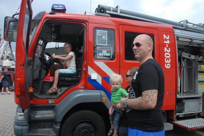 De 7-jarige Anouk van Hoof kroop onder andere achter het stuur van een tankautospuit.