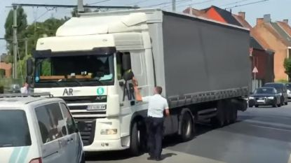 Bulgaarse trucker rijdt zich vast op overweg
