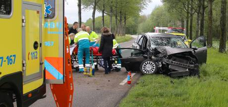 Automobilist botst op boom langs N214, ernstig gewond
