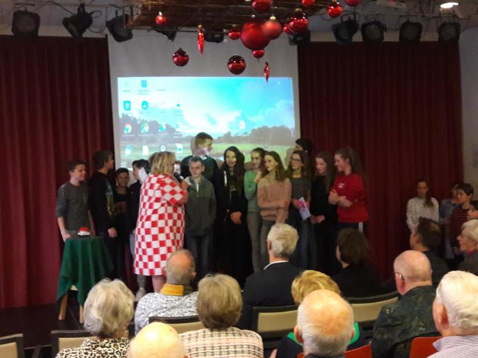 De kinderen van groep 8 op het podium tijdens de oprichting van de Dorpscoöperatie in Riethoven.