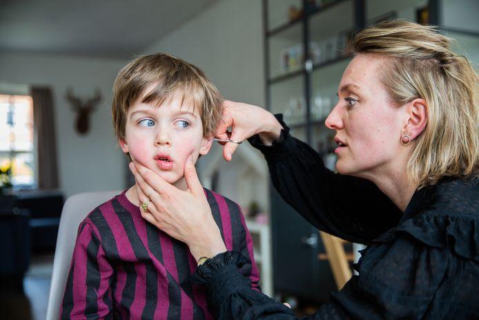 Laura Hogendoorn (34) knipt haar zoon Roef van der Horst (5) voor het eerst in haar leven.