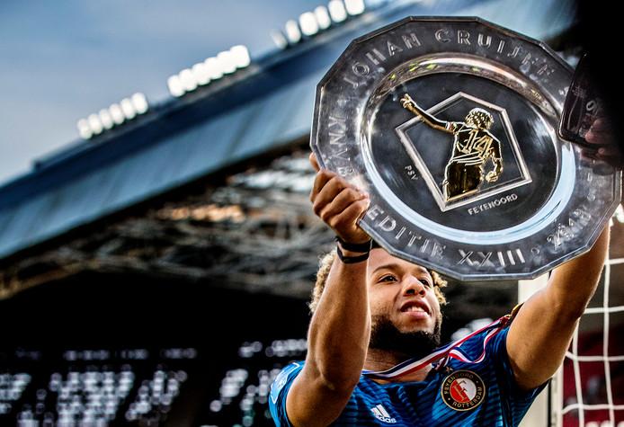 Feyenoord is de winnaar van de eerste prijs van het seizoen. Tonny Vilhena tilt de schaal omhoog.