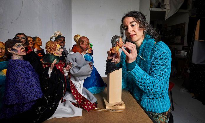Efrat Zehavi aan het werk met de gekleide Rotterdammers. ,,Ik wil wel graag weten of ik naar iemands 'reclame-hoofd' kijk.''