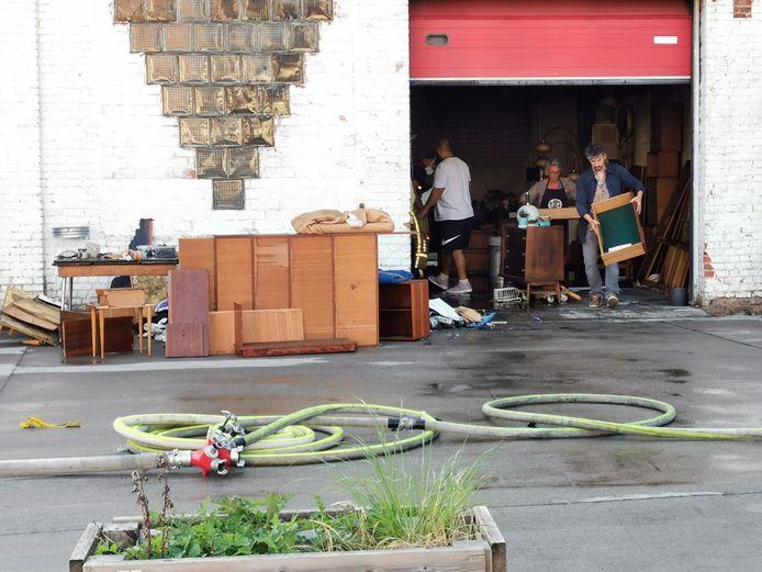 De eigenaars van de vintage meubelwinkel haalden na de brand  alle meubels uit de zaak op de Paul Gilsonlaan in Drogenbos.