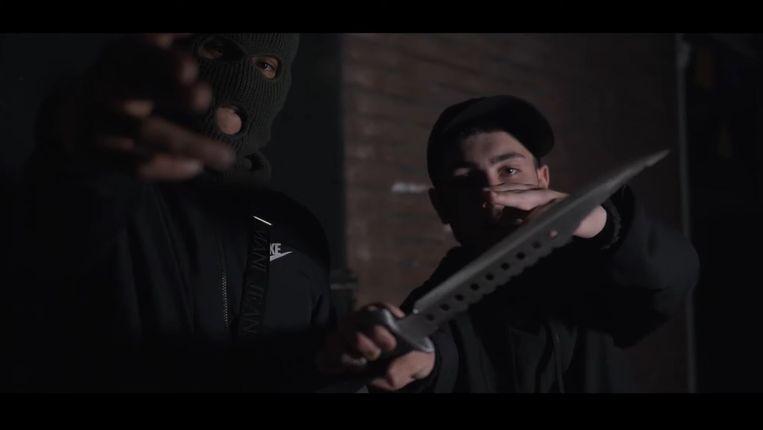In verschillende clips op YouTube zwaaien rappers met keukenmessen, ijspriemen en machetes. Beeld