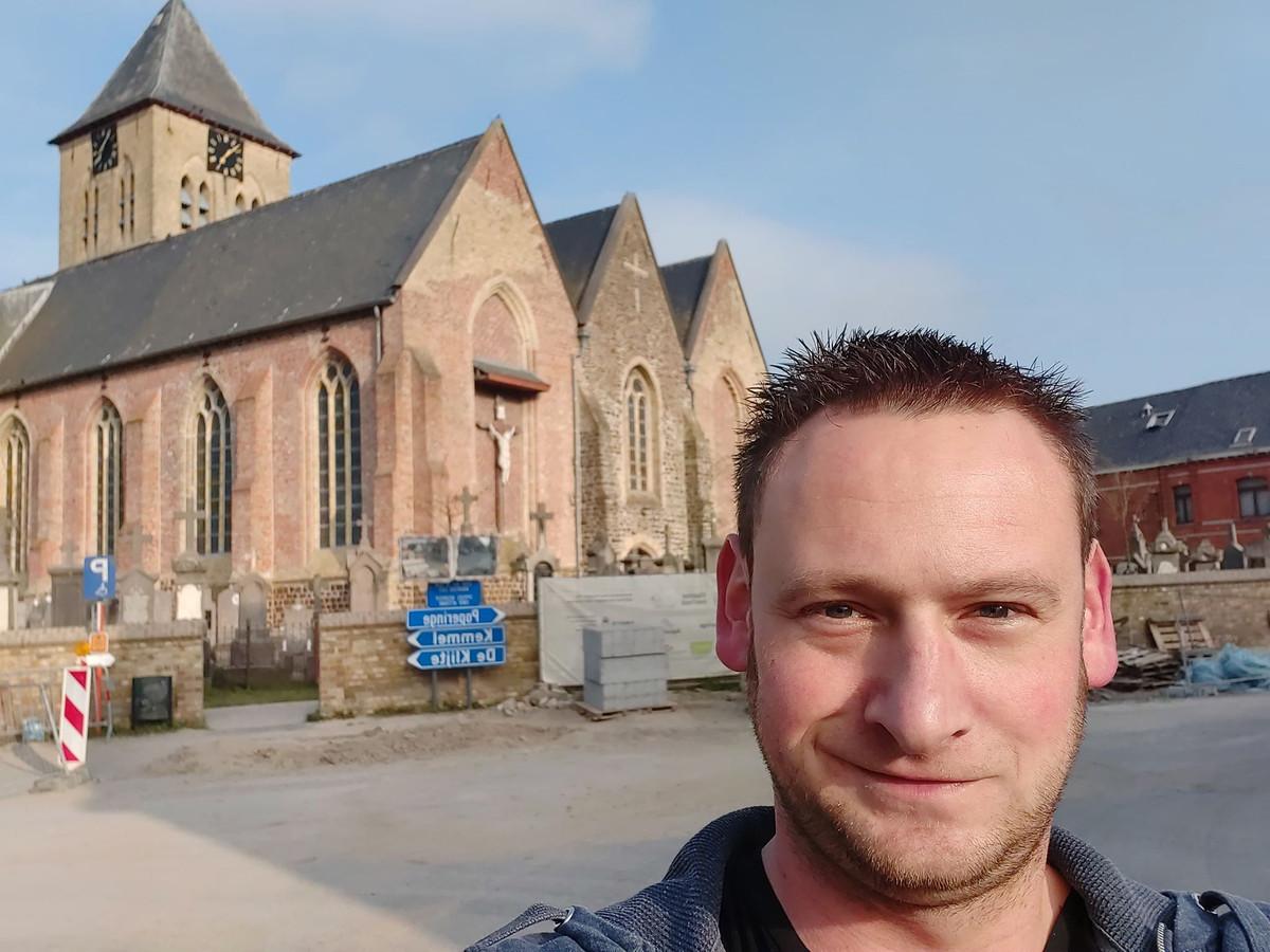 Michiel Gauquie voor de Sint-Vedastuskerk in Reningelst.