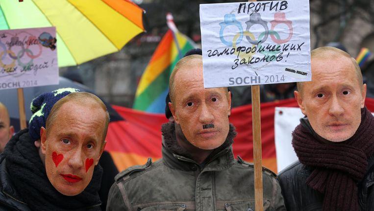 Demonstranten dragen maskers van Vladimir Poetin. Beeld EPA