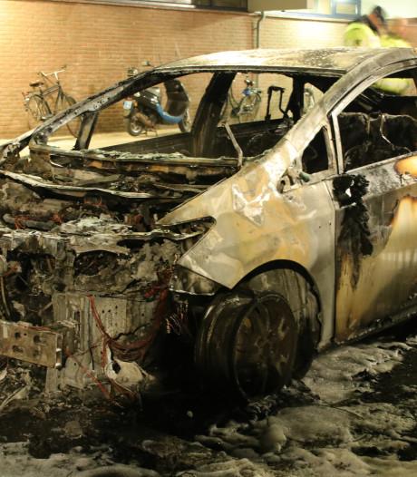Geparkeerde auto gaat in vlammen op in Veenendaal