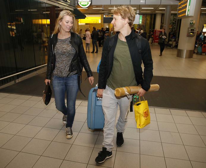 Epke Zonderland met zijn vriendin Linda na aankomst op Schiphol.