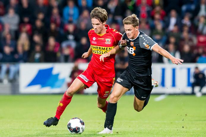 Go Aheads doelpuntenmaker Orhan Dzepar (l) in duel met Volendammer Robin Schouten.