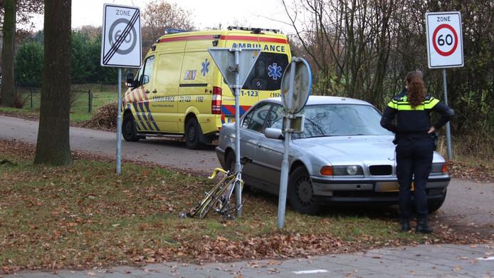 De wielrenner is per ambulance naar het ziekenhuis gebracht.