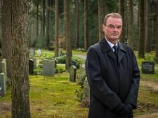 Grafdelver Erik begraaft in Heerde per dag twee mensen: 'Alles is anders. Zelfs het verdriet van de mensen'