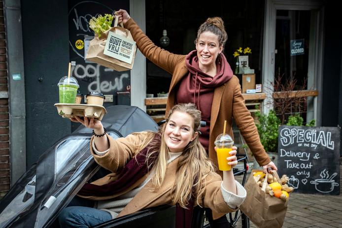 Van de nood een deugd maken: Lotte (links) en Bibi van Buutvrij stappen zelf maar op de bakfiets. De populaire horecazaak is dicht.