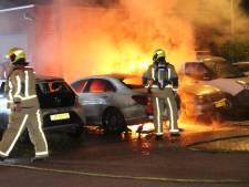 Auto's in vlammen op in De Lier en Den Haag, brandweer voorkomt erger