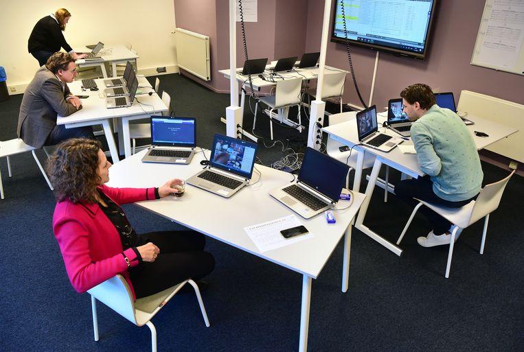 Leraren surveilleren tijdens de schoolexamens van het Luzac. Beeld Marcel van den Bergh / de Volkskrant