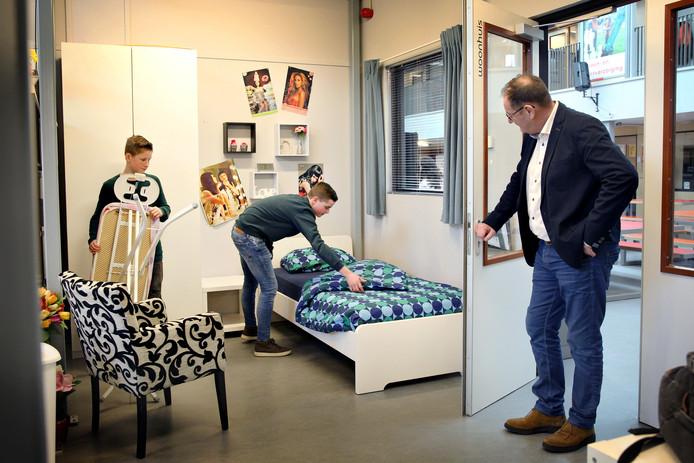 Op praktijkschool Het Segment in Gouda is veel aandacht voor zelfredzaamheid. In een speciaal lokaal, waar een huis is nagebootst, leren de scholieren bijvoorbeeld bedden opmaken en strijken.