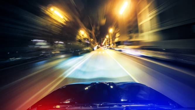 Wilde achtervolging in Twente, 19-jarige op de vlucht voor politie haalt levensgevaarlijke capriolen uit