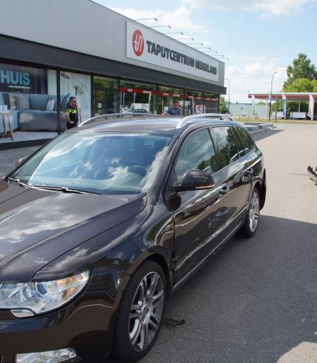 Auto's botsen op parkeerplaats bij Plus in Waalwijk